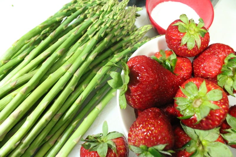 Grilled Asparagus and Strawberry Salad Ingredients