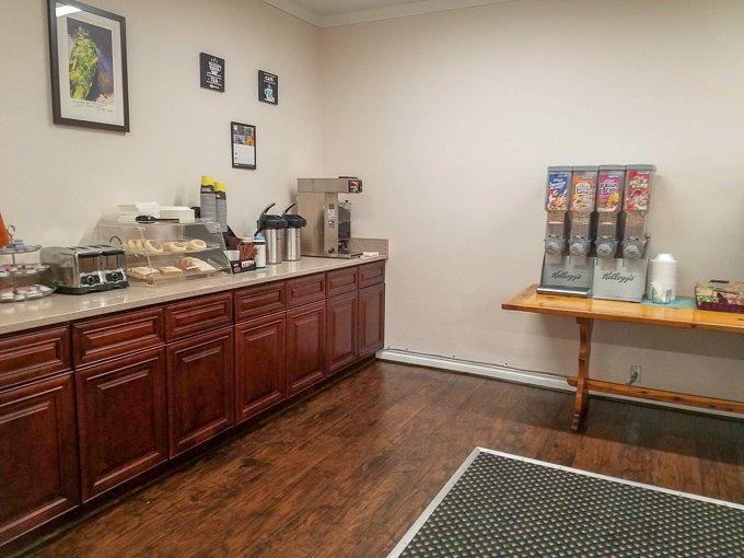 Guest House Inn Enumclaw Breakfast Room
