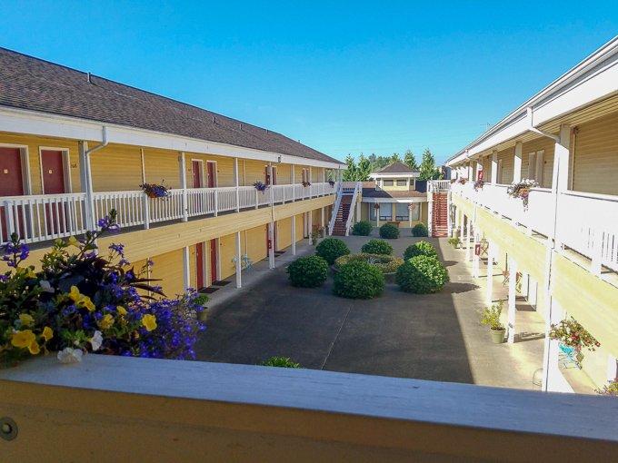 Guest House Inn Enumclaw Courtyard